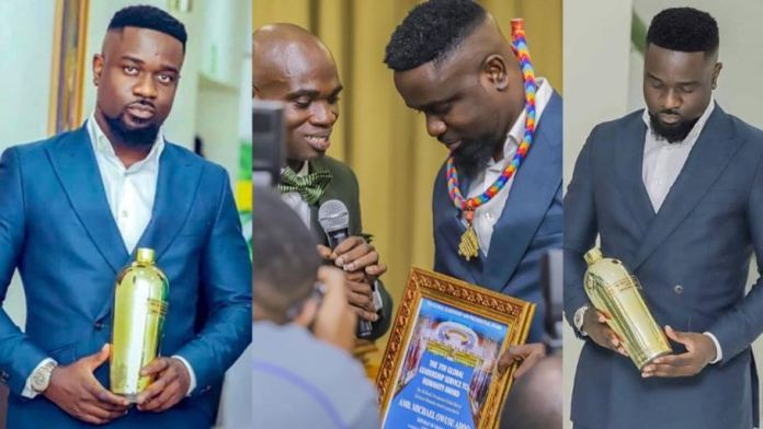 Sarkodie-warn-Dr-UN-threatens-to-beat-him-up-for-giving-him-empty-bottle-as-awar